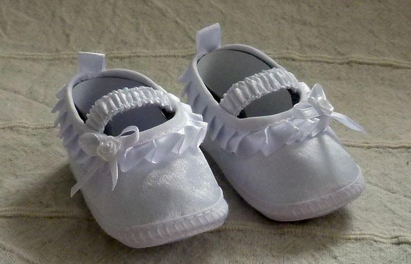 Cipő 07 3800.- Ft : fodros keresztelő cipő