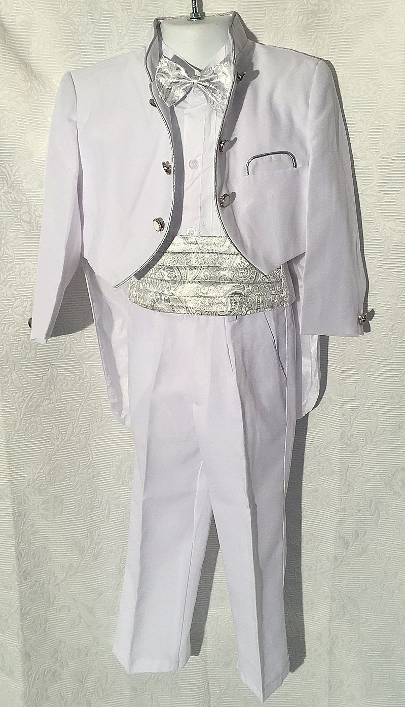 KE 19800.-Ft : Ezüst szállal szőtt hófehér keresztelő frakk spanyol övvel csokor nyakkendővel 4 éves méret