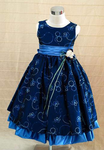 KO 053 18980.-Ft : kismenyasszony gyerekruha tűl,lamé,selyem anyagból gyöngy himzéssel